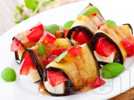 Рулца от печени патладжани пълнени със сирене и домати - снимка на рецептата
